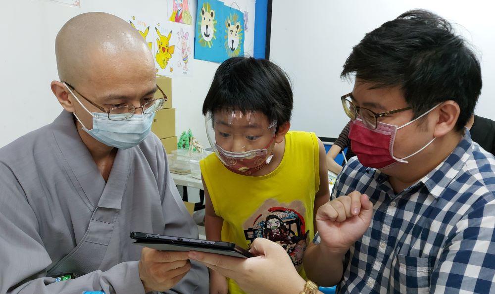 法鼓山慈基會秘書長常順法師(左)和師生多方交流,瞭解學童們在數位學習上的需求